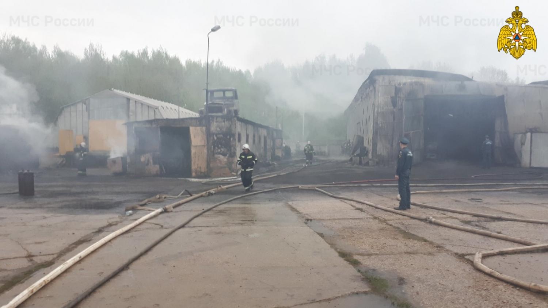 На Северном сгорел ангар с машинами
