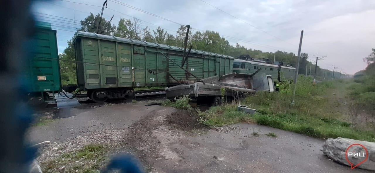 В Ворсине на ж/д переезде столкнулись фура и поезд