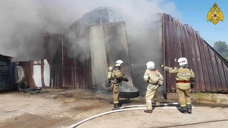 В Калуге горел склад с газовыми баллонами