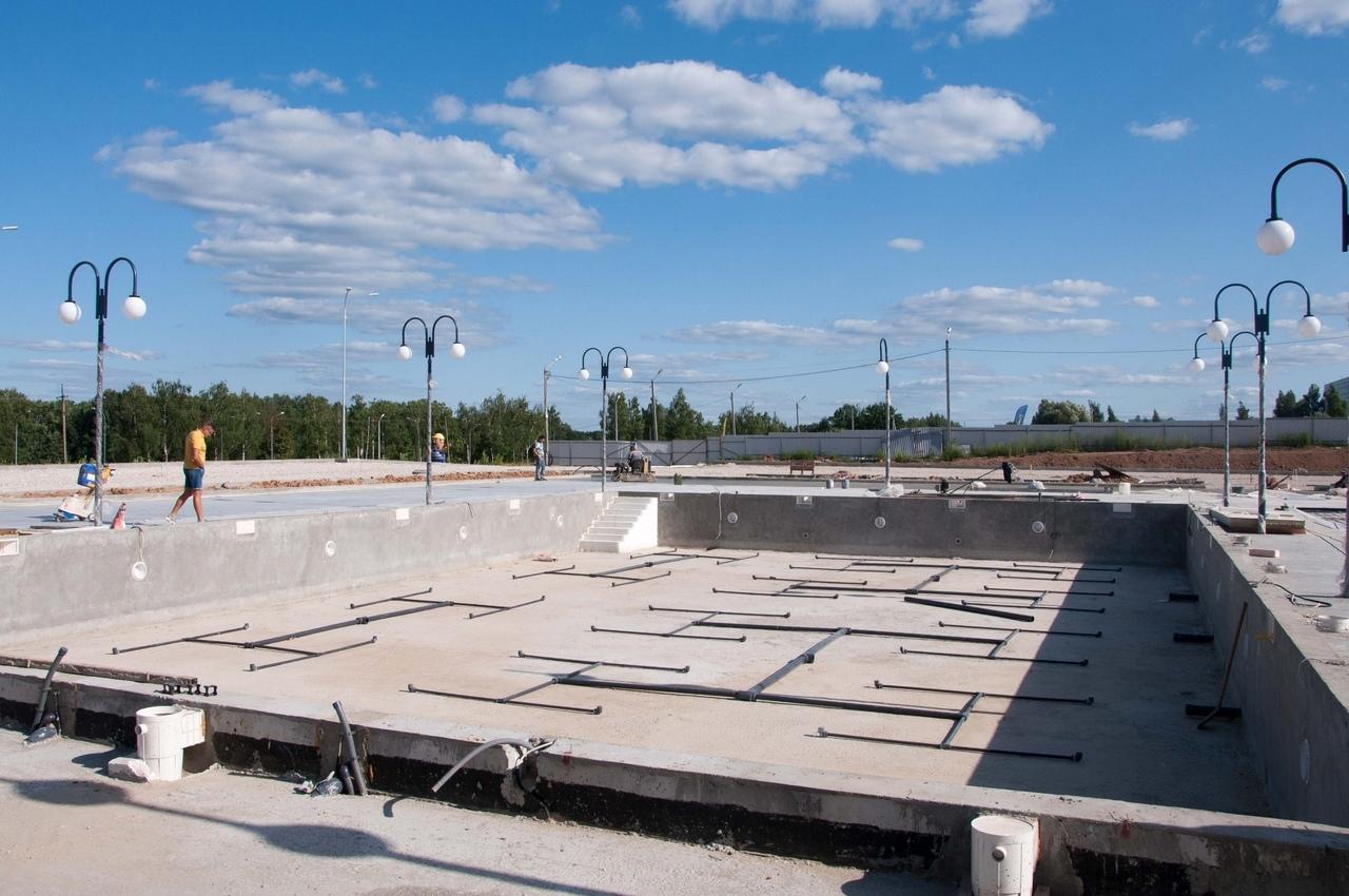 На правом берегу строится оздоровительный комплекс с бассейнами и водными аттракционами