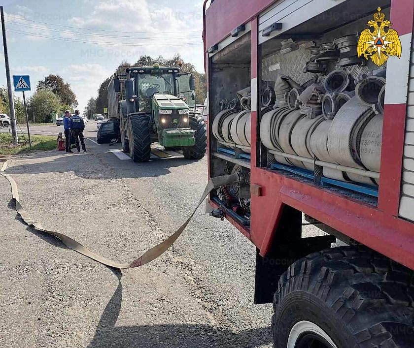 25-летний водитель ВАЗа погиб, влетев под трактор